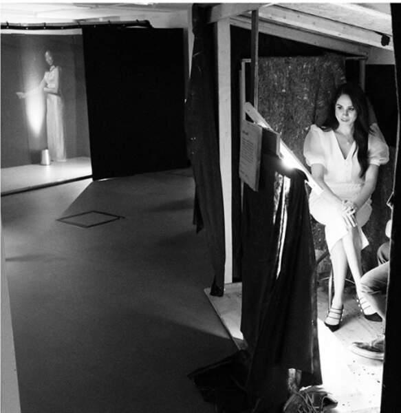 Meghan Markle porte également une jupe crayon Roland Mouret valant environ 800 euros.