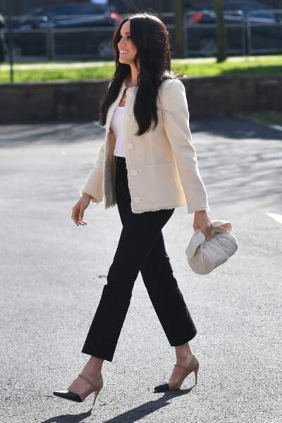 Meghan Markle porte une tenue classique et chic à la fois.