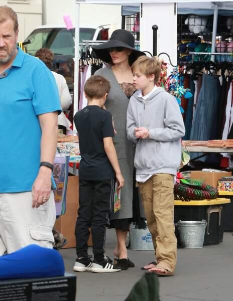 Shiloh Jolie-Pitt fait du shopping avec sa mère Angelina Jolie, au Rose Bowl Flea Market à Pasadena, le 10 décembre 2017.