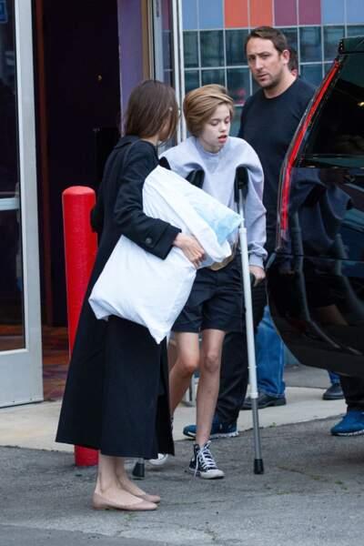 A la sortie d'un cinéma, Shiloh Jolie-Pitt peine à marcher correctement en raison de son opération de la hanche.