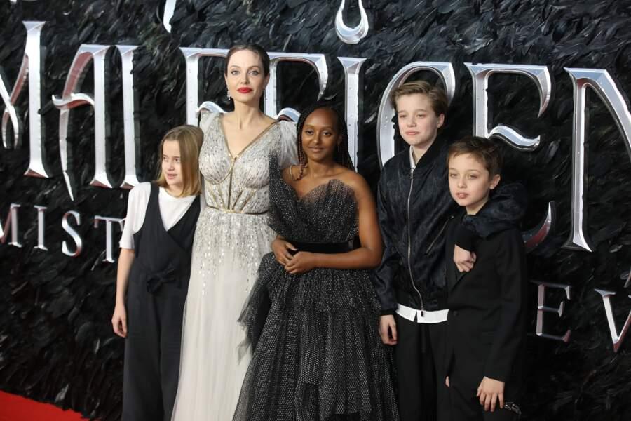 """Angelina Jolie avec ses enfants Vivienne, Zahara, Shiloh et Knox lors de la première du film """"Maléfique : Le Pouvoir du mal"""" à l'Imax Odeon de Londres, le 9 octobre 2019."""