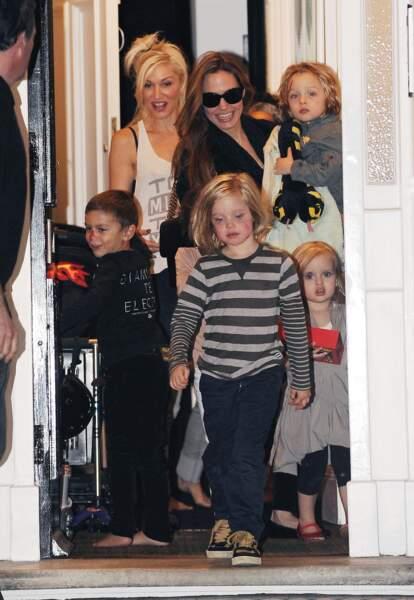 Shiloh Jolie-Pitt sort avec sa mère de la maison de Gwen Stefani, à Primrose Hill, en septembre 2011.