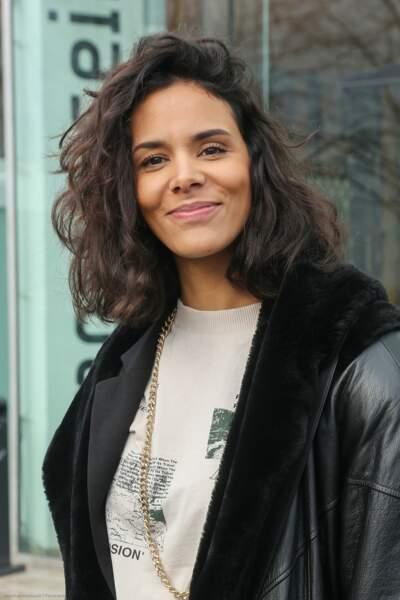 Shy'm, les cheveux bouclés et naturel, arrive dans les studios de Radio France à Paris le 12 mars 2020.