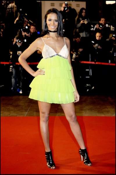 Shy'm porte un carré mi-long et lissé pour monter les marches de la cérémonie des NRJ Music Awards en 2008.