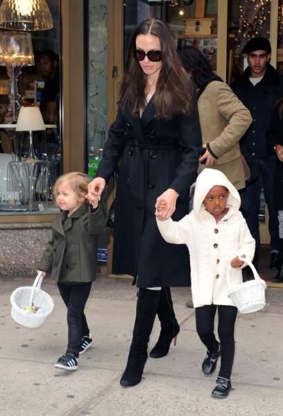 En 2009, Angelina jolie et ses deux filles Shiloh et Zahara font du Shopping.