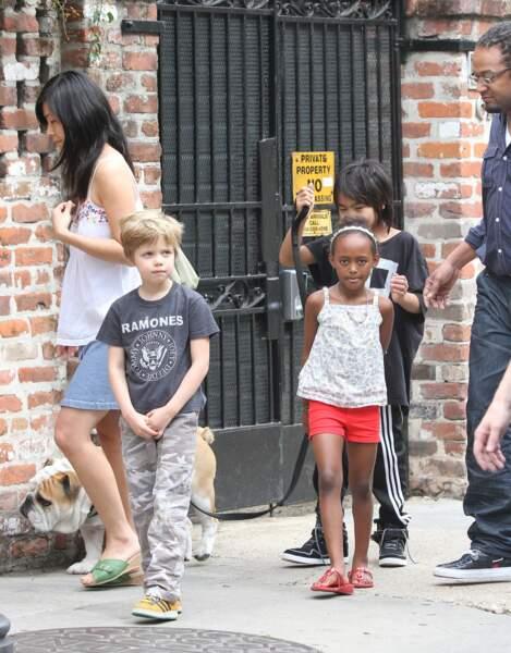 Shiloh promène son chien en compagnie de son frère Maddox et de la soeur Zahara à la Nouvelle Orléans en 2012.
