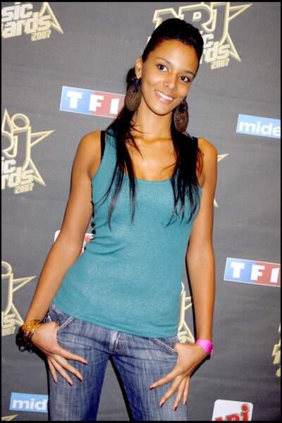 En 2006, Shy'm possède une longue chevelure et décide de se coiffée avec un effet bombé sur la tête à l'occasion de la soirée de présentation des 8e NRJ Awards en 2006.