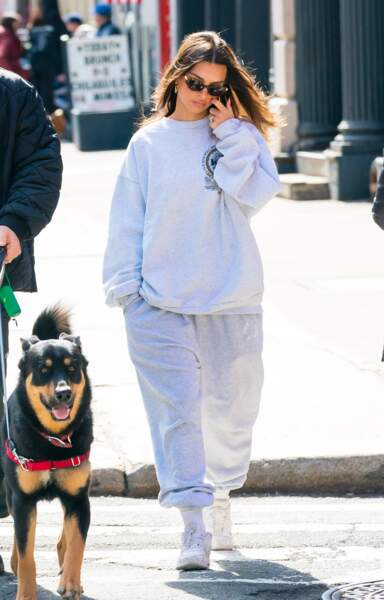 Emily Ratajkowski promène son chien en total look jogging orné d'une paire d'Air Force One