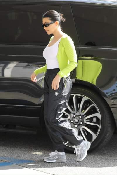 Kourtney Kardashian se balade avec sa paire de New Balance 574