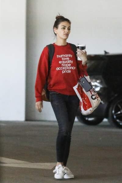Mila Kunis va faire les courses confortablement avec sa paire de Superstar