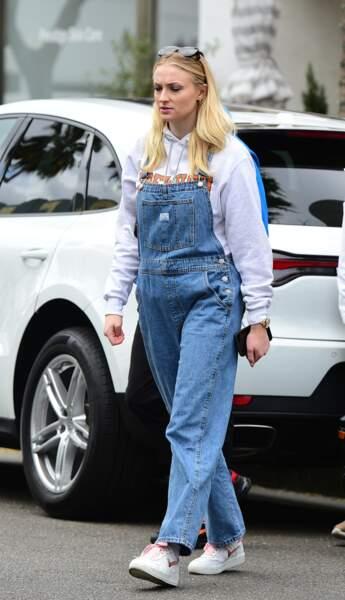 Sophie Turner va bruncher habillée d'une salopette en jean et d'une paire d'Air Force One blanches