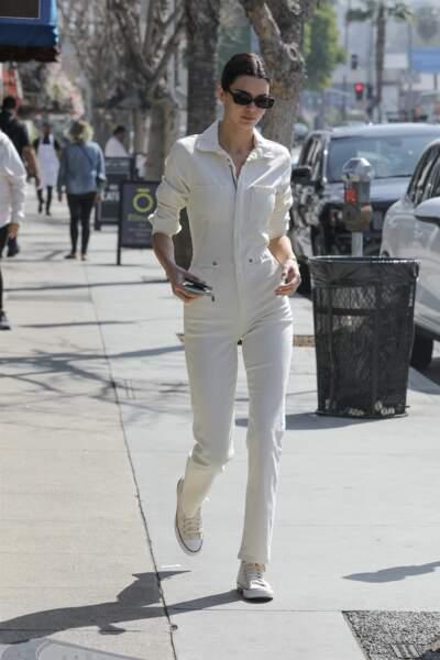 Kendall Jenner se balade dans une combinaison beige et une paire de Converse beiges dans les rues de Calabasas
