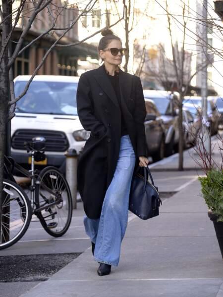 Katie Holmes, fan du pantalon large en jean avec une paire de chaussures à talons.