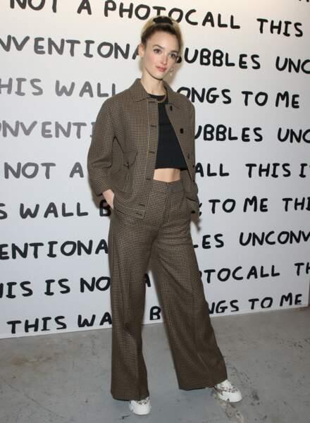 Charlotte Le Bon avec un pantalon large uni et des baskets
