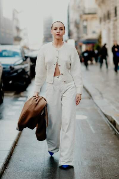 Carla Ginola très lookée en pantalon large, porté avec des escarpins à bouts pointus.