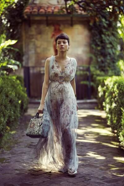 Manchette Dinh Van, sac Lady Dior en veau brodé de fils et perles, robe en crêpe sablé imprimé, soutien-gorge et culotte en résille, le tout Dior.
