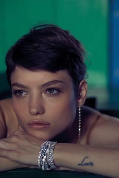 Pendants d'oreilles PD Paola, bracelet Djula. Combinaison en soie Malìparmi.