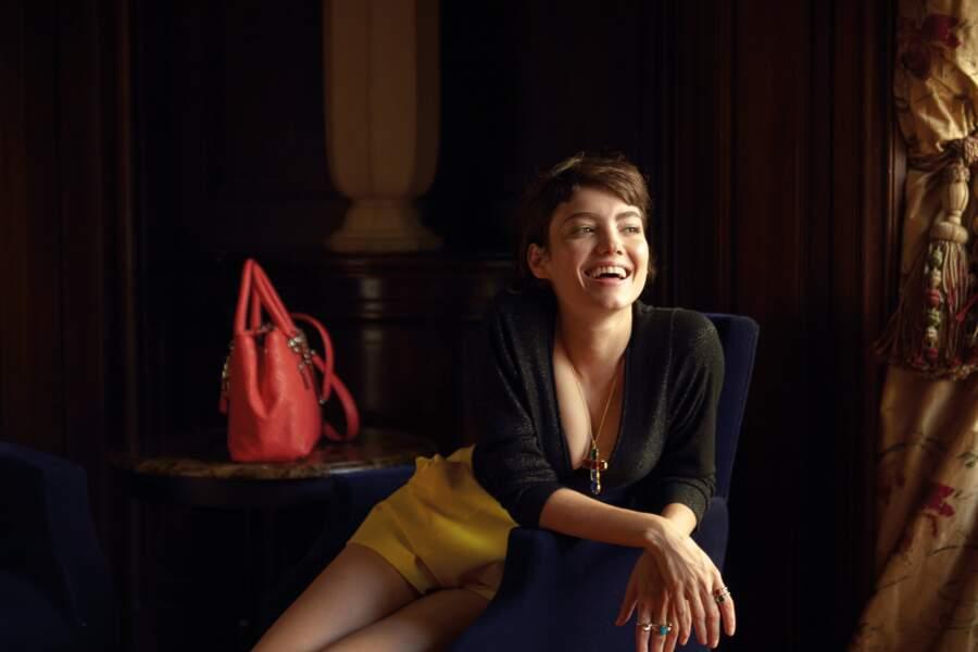 Collier Thomas Sabo, bagues Ti Sento Milano, sac en cuir Guess. Top IKKS, short Elisabetta Franchi.