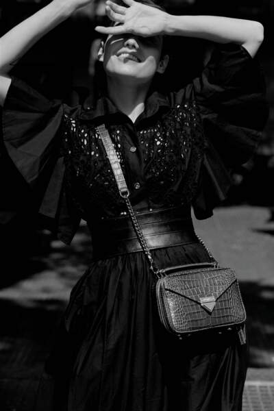 Sac Barbara Mini en cuir façon croco The Kooples, ceinture en cuir, chemise et jupe en broderie anglaise, le tout Elie Saab.