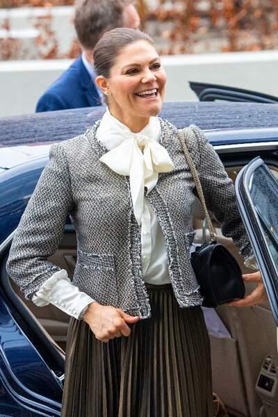 On s'inspire : la chemise à col lavallière de la princesse Victoria de Suède