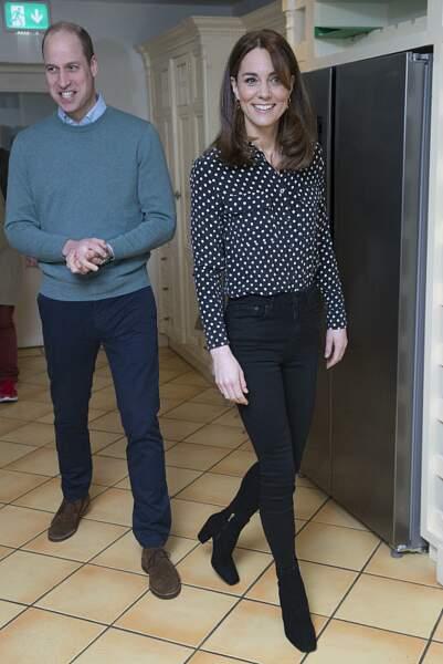 On s'inspire : le chemisier noir à pois blancs de Kate Middleton