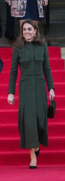 Un manteau kaki, qui n'est pas sans rappeler celui de sa maman, la duchesse de Cambridge.