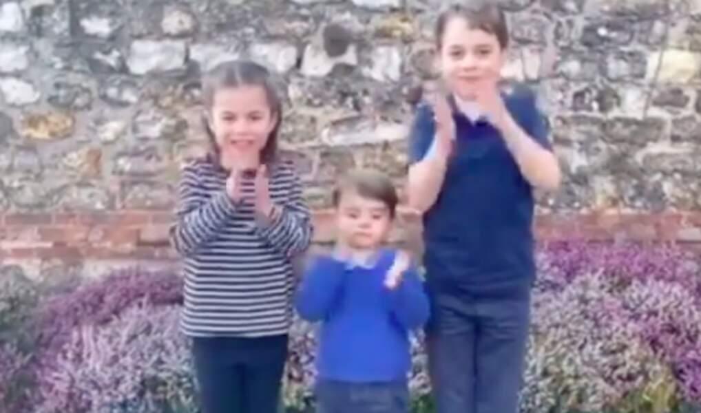 Sur la vidéo, les petits ont des tenues qui ressemblent fortement à des tenues portées par leurs parents.