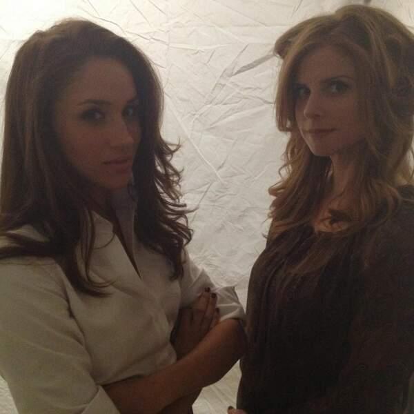 """Meghan Markle et Sarah Rafferty, sur le tournage de la série """"Suits"""""""