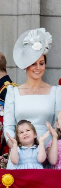 """Toujours à Londres, pour le """"Trooping the Colours"""", mais cette fois-ci en juin 2018, la duchesse était en bleu, tout comme sa fille."""