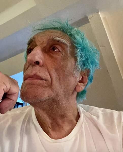 L'acteur a en effet choisi d'appliquer sur ses cheveux blancs une coloration bleue turquoise.