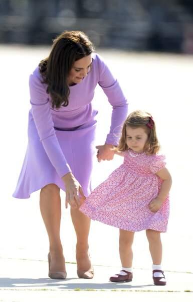 Déjà en juillet 2017, à l'aéroport d'Hambourg, la Duchesse et sa fille portaient des robes accordées.