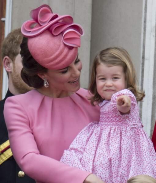 """En juin 2017, la princesse et sa maman étaient toutes les deux en rose, pour la parade """"Trooping The Colour"""" au palais de Buckingham, à Londres."""