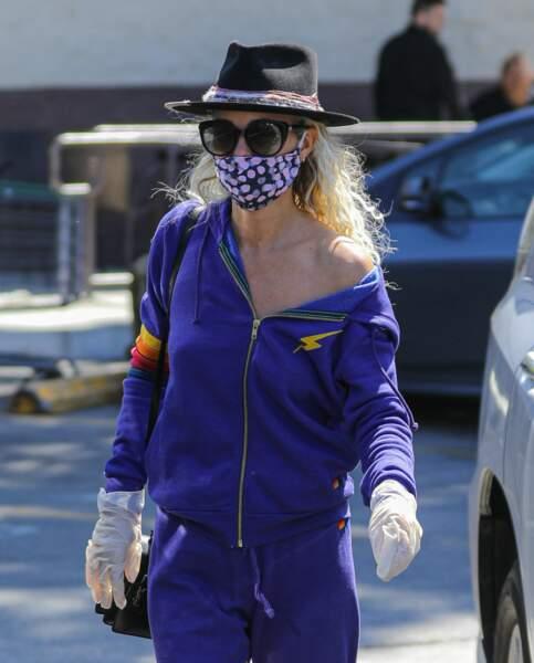 Laeticia Hallyday avec un masque : elle donne l'exemple à Los Angeles