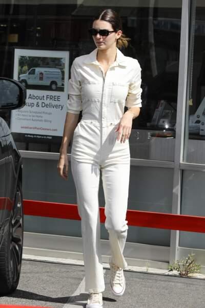 Au top en combi crème, Kendall Jenner expérimente toutes les nouvelles coupes qui donnent envie
