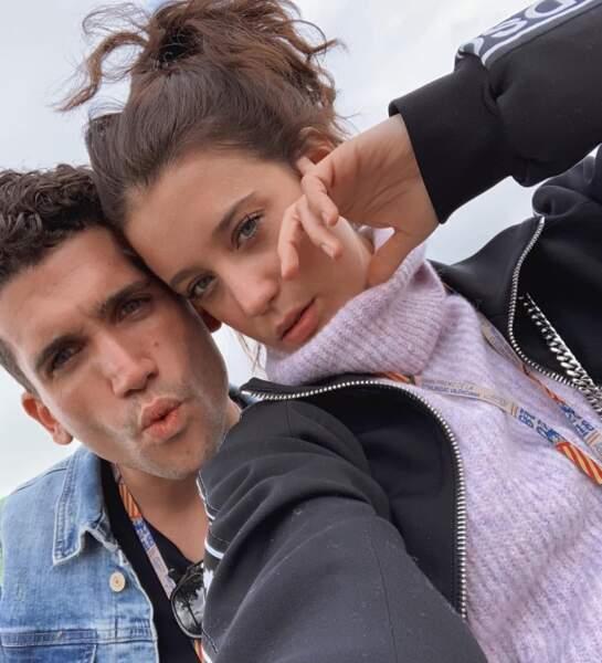 Des étoiles plein les yeux, c'est main dans la main que María Pedraza et Jaime Lorente avancent désormais.
