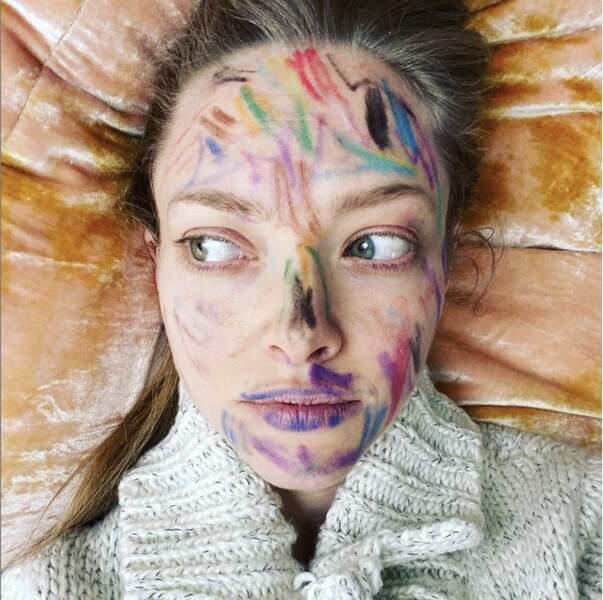 Amanda Seyfried remplace le make-up avec des crayons de couleur.
