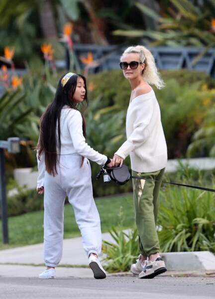 Pour cette nouvelle sortie, Laeticia Hallyday et Jade ont choisi de porter une tenue décontractée