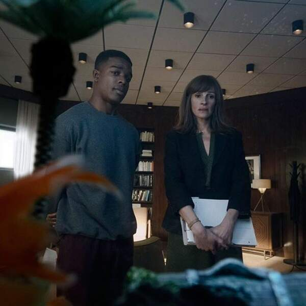 "Stephan James et Julia Roberts dans la série ""Homecoming"""