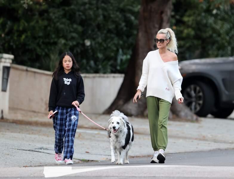 Laeticia Hallyday et sa fille Joy, accompagnées de leur chien Cheyenne dans le quartier de Brentwood