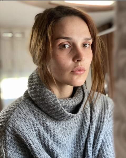 """Camille Lou, sans filtre ni maquillage, ne veut pas faire d'effort"""" pendant le confinement."""
