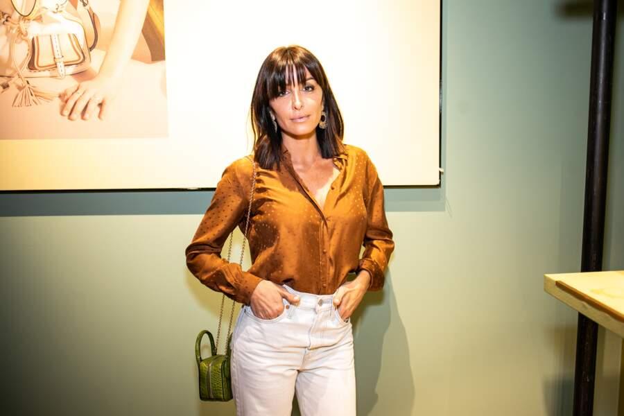 La chanteuse française, Jennifer radieuse en chemise cuivrée avec un sac de la nouvelle collection Lancel