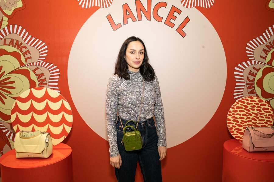La chanteuse et comédienne française Alka Balbir en sac à bandoulière Lancel
