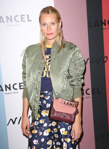 India Weber, avec le sac Ninon de Lancel en bandoulière