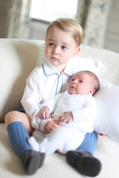 Les premières photos de la princesse Charlotte (alors âgée de deux semaines) avec son frère George de Cambridge, à Anmer Hall