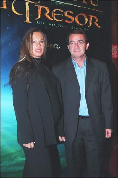 """Jean-Pierre Pernaut et Nathalie Marquay, enceinte, assistent ensemble à l'avant-première du film """"La planète au trésor"""" en 2002"""