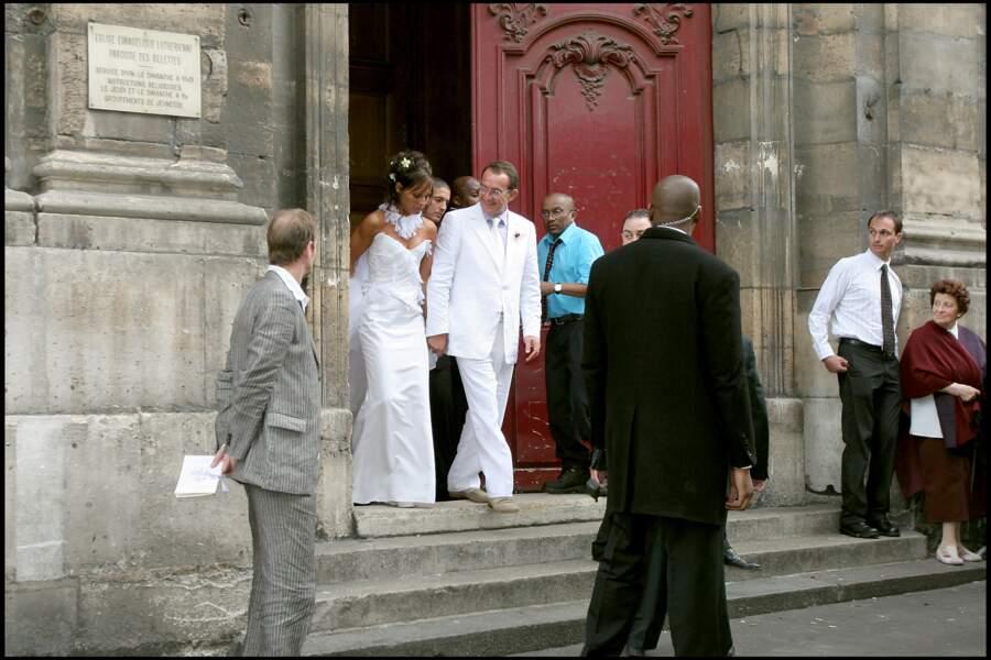 Jean-Pierre Pernaut et Nathalie Marquay sortent de l'église des Billettes à Paris, le jour de leur mariage