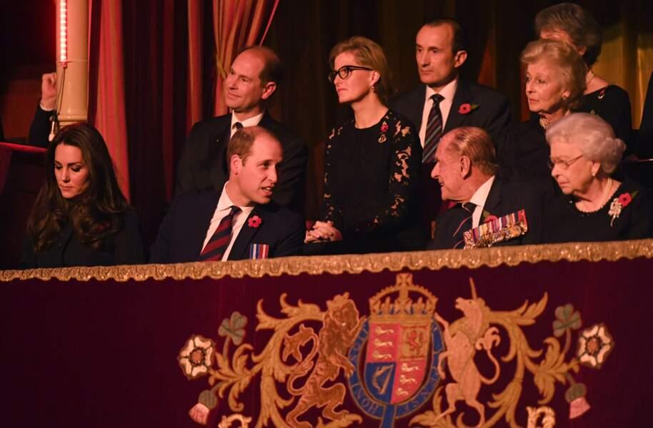 Le prince Philip en pleine conversation avec le prince William, à Londres, en 2016
