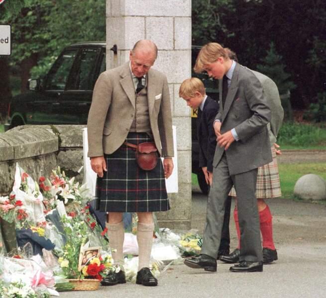 Le prince Philip avec William et Harry à Balmoral en 1997