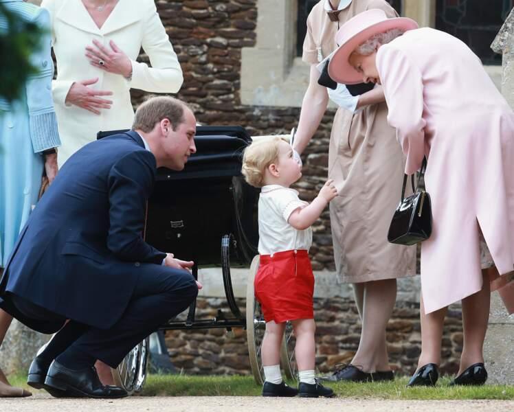 La reine Elisabeth II, sous le charme de son adorable arrière petit-fils le prince George, en 2015