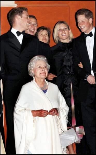La reine Elisabeth II, entourée de ses petits-enfants, lors de la fête pour ses 80 ans à Londres, en 2006